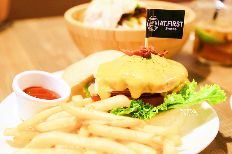 小食光|東區早午餐|緣來是At First 啊!At First Brunch忠孝店新開張,超嫩雞排吃了會想念‧花生醬和起司的完美邂逅讓漢堡更美味